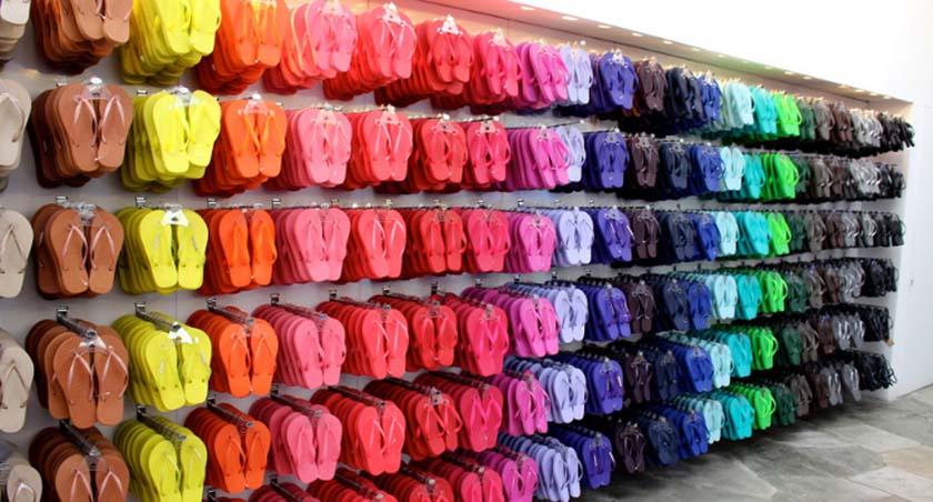 várias sandálias havaianas coloridas em loja