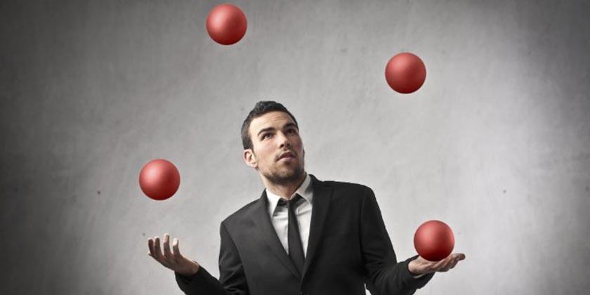 homem fazendo malabarismos com bolas
