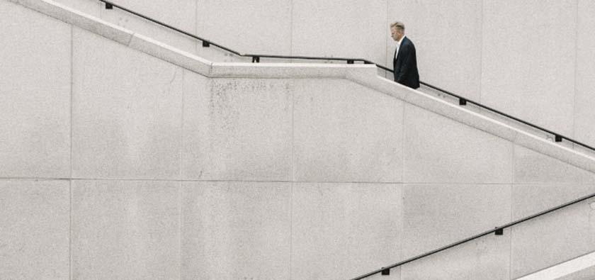 homem subindo segundo lance de escada