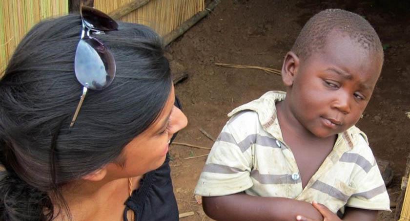 criança fofa olhando com desconfiança para mulher