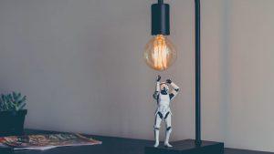 boneco do star wars embaixo da lâmpada